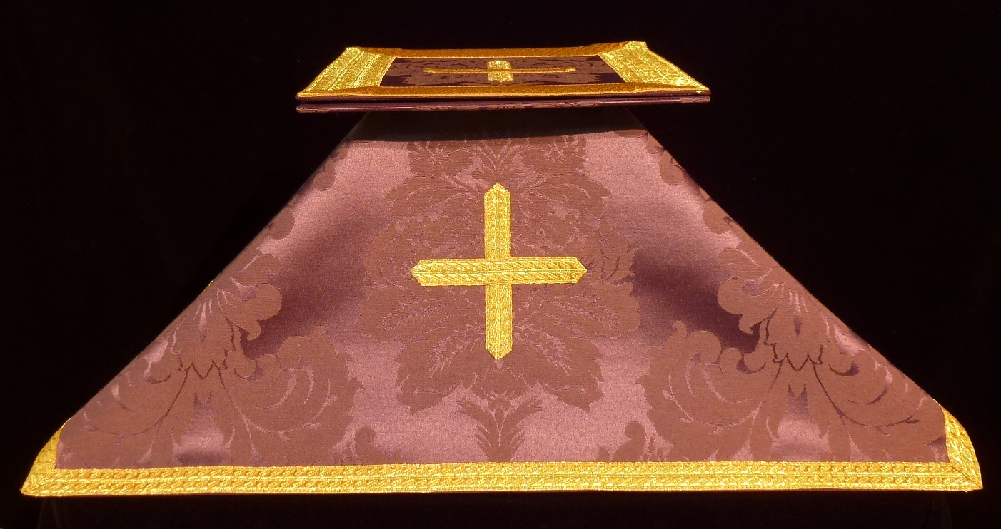 Bolsa de corporales y velo de cáliz morado en tela de damasco
