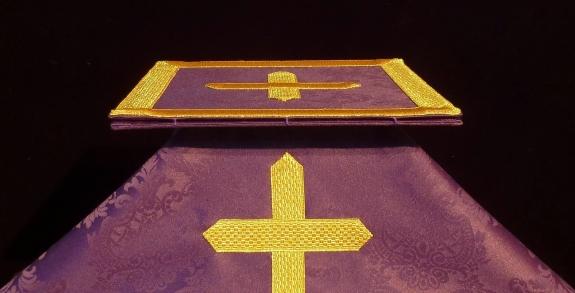 Carpetilla y velo de casulla morada