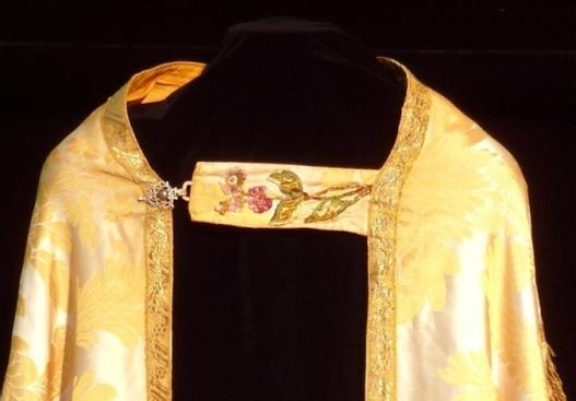 Capa pluvial con bordados en seda
