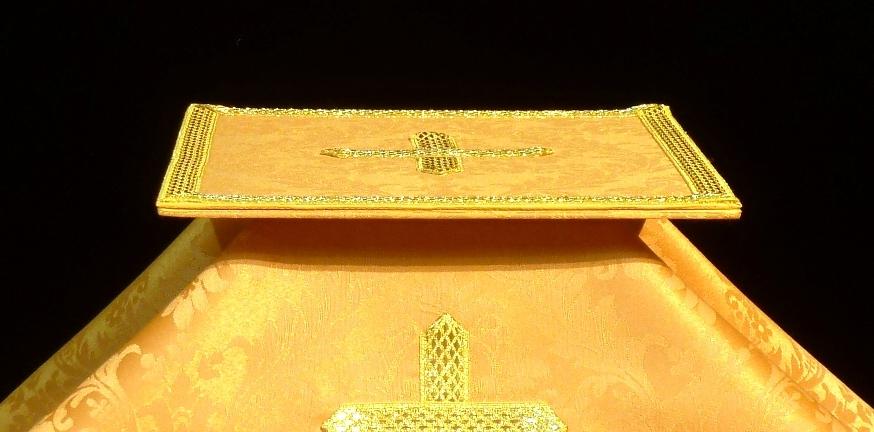 Carpeta y velo de cáliz dorados