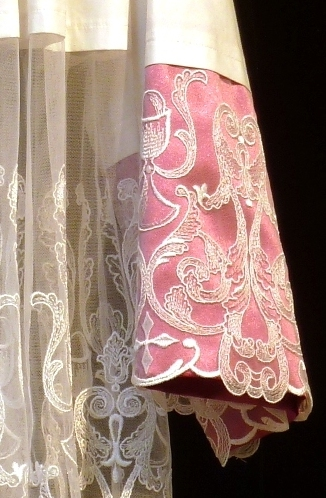 Detalle de roquete con encaje de tul