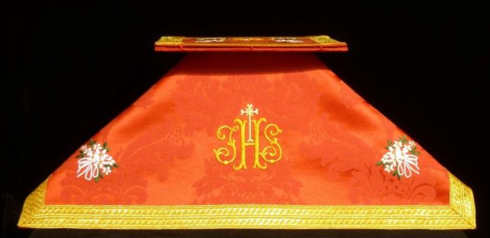 Velo de cáliz y bolsa de corporales rojos bordados