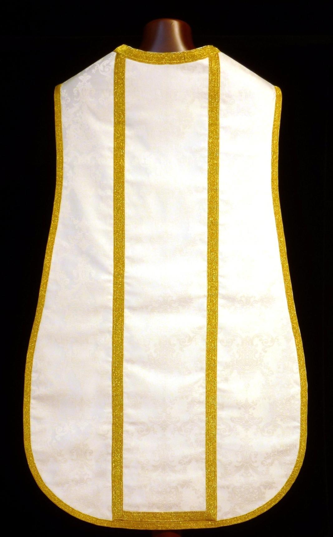 Casulla blanca de corte tradicional