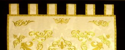 Estandarte con apliques bordados en hilo metálico oro