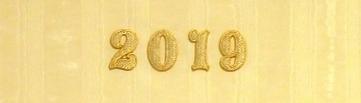 Apliques de letras bordadas sobre forro muaré