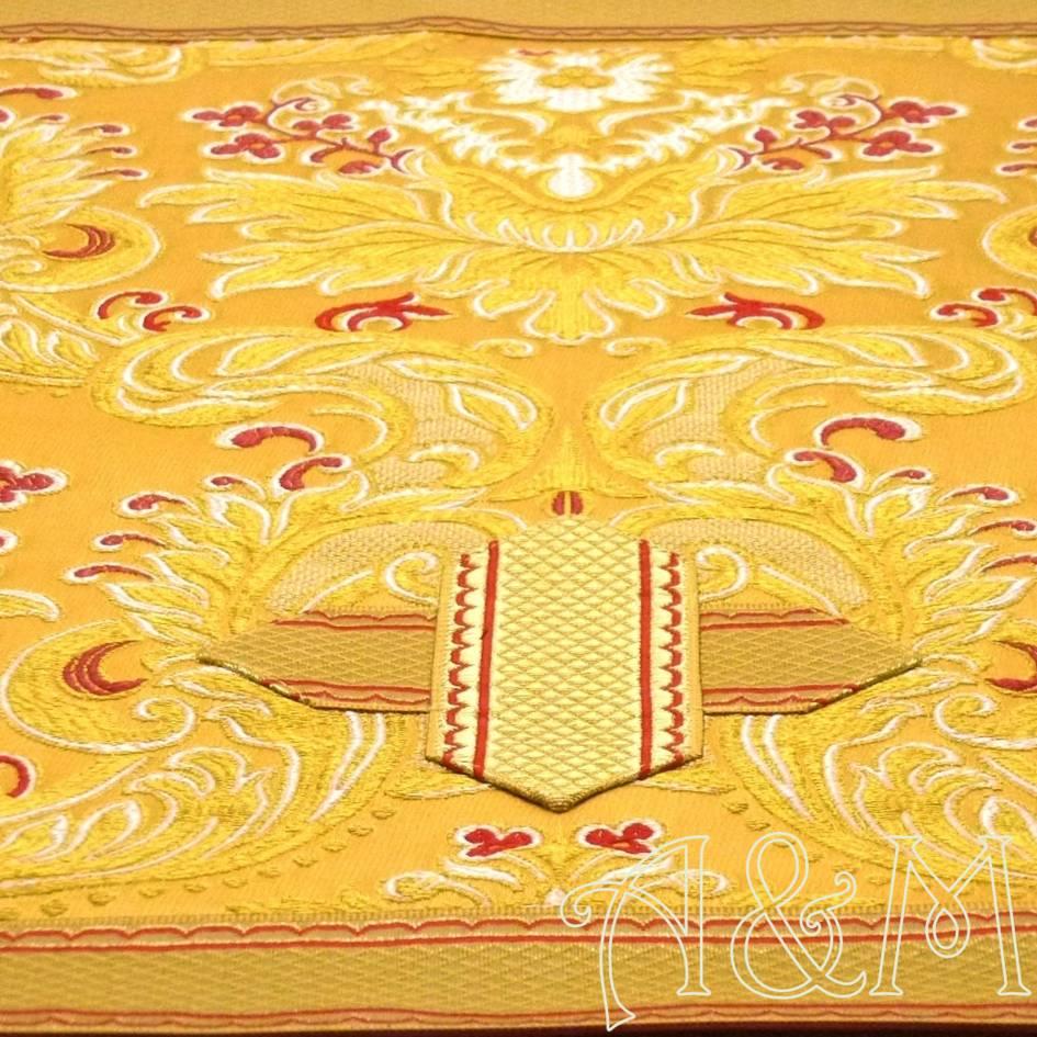 Detalle de la tela en brocado dorado