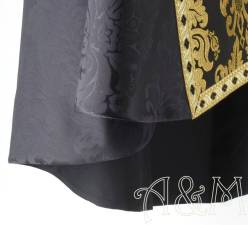Capa pluvial negra, detalle del bajo