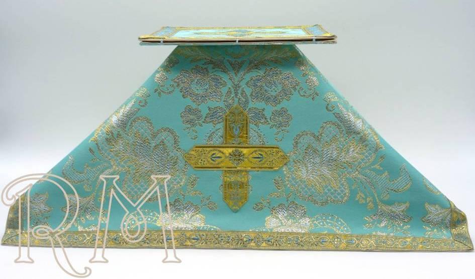 Carpetilla y velo azules en tela brocada